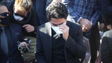 تصویر از گریه و آواز همایون شجریان بر سر مزار استاد شجریان + فیلم