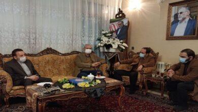 تصویر از حضور رییس دفتر رییسجمهور در منزل شهید محسن فخری زاده