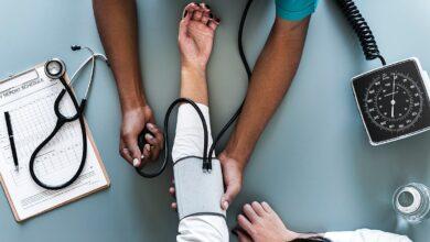 تصویر از نحوهی اندازهگیری فشار خون با استفاده از فشارسنج جیوهای