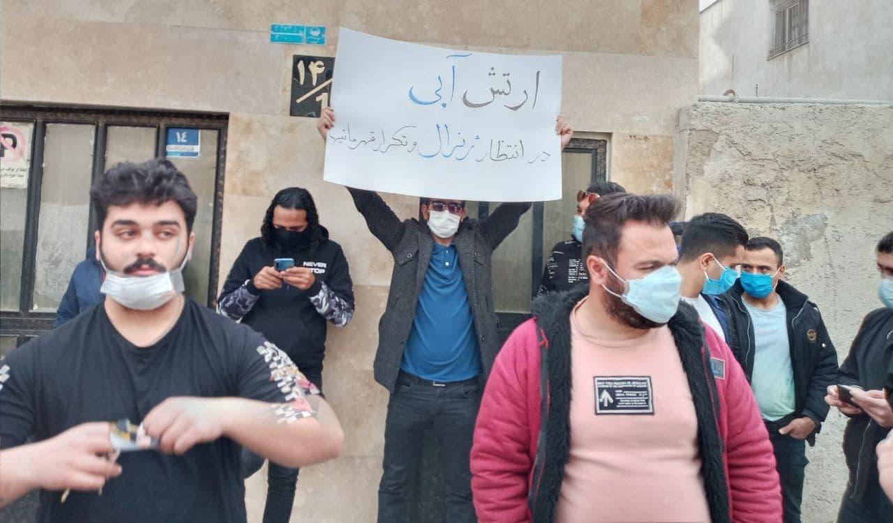 تجمع برخی هواداران استقلال مقابل ساختمان باشگاه + عکس