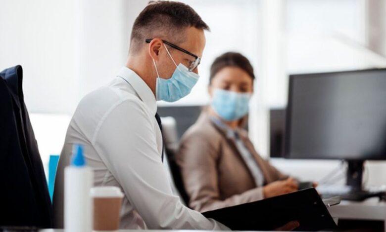 در انگلستان، نیمی از مدیران فکر میکنند محدودیتهای ویروس کرونا خیلی زود در حال کاهش است.