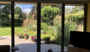 استفاده از پرده ضخیم، بستن پنجرهها در هنگام گرم شدن هوا نسبت به داخل و اطمینان از تهویه مناسب